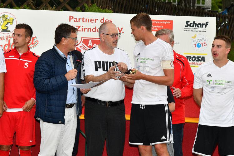 Florian Knauer (mitte rechts) nimmt Preis entgegen.